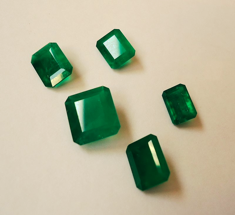 """5 Emeralds from Columbia"" by Mauro Cateb / CC BY-SA 3.0"