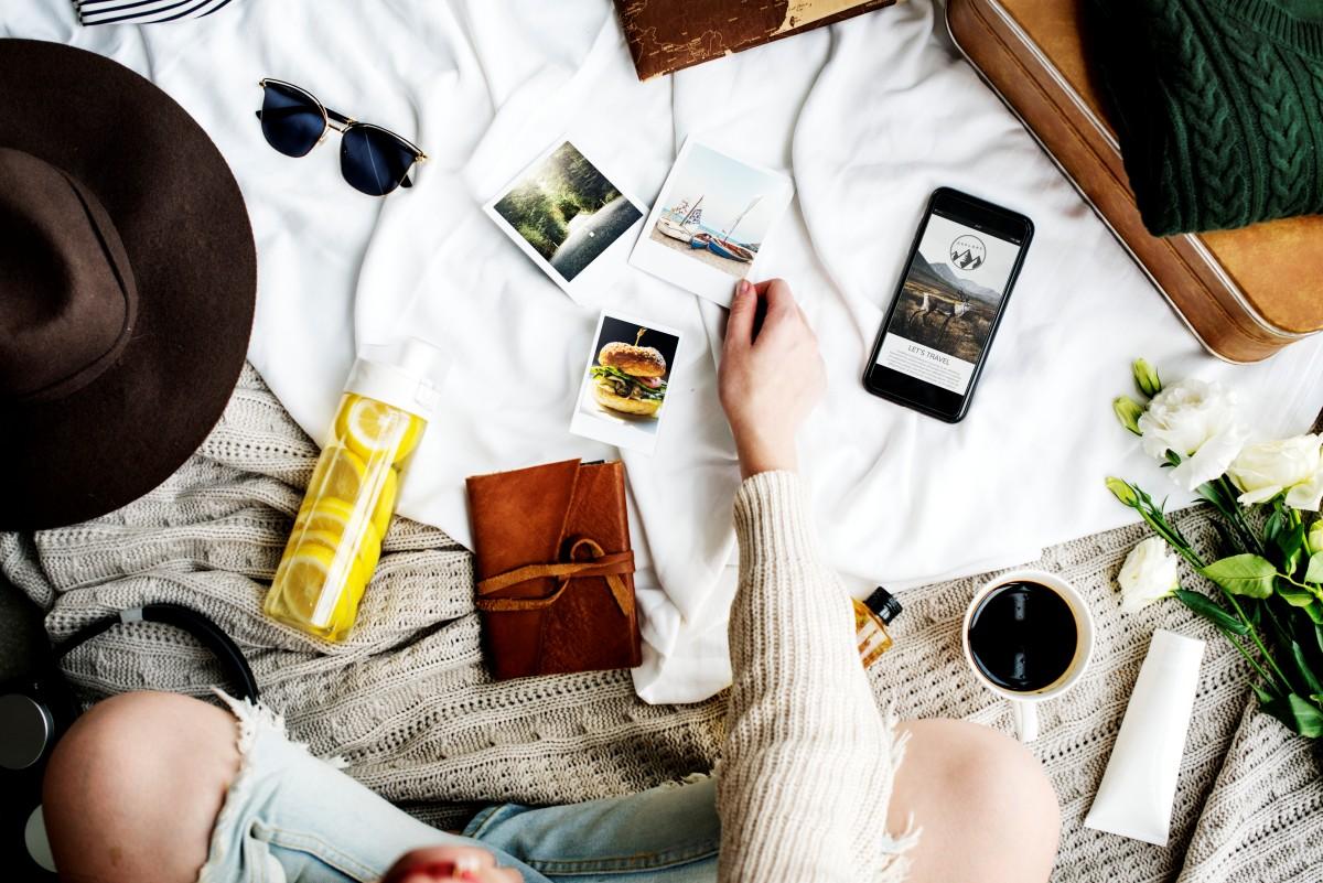 Usando objetos que você tem em casa e até mesmo ambientes do seu lar é possível criar cenários que vão deixar suas fotos mais atraentes. (Foto: FreePik)