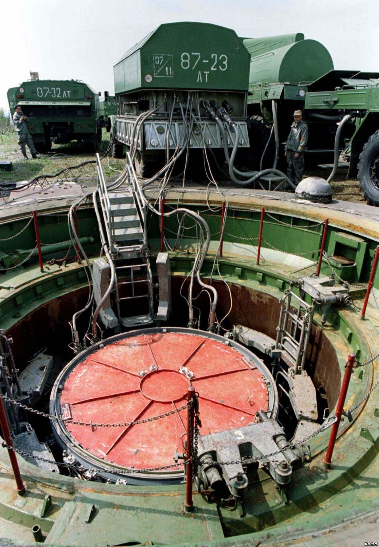 Із пускової установки ракети УР-100Н на військовій базі в Красилові викачують пальне, 14 травня 1997 року