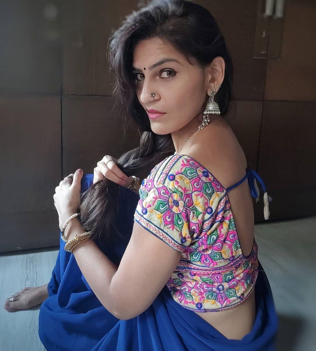 Instagram saree model Dhara Chandorkar Navel Queens