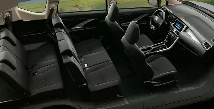 Xe được thiết kế với không gian rộng rãi, chỗ ngồi rộng, thoải mái để chân