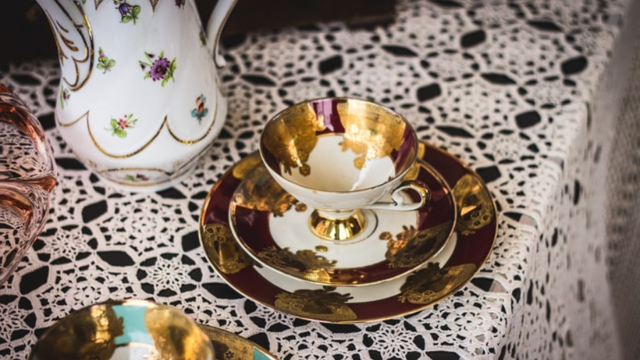Izsmalcināts porcelāna krūzīšu komplekts