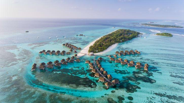 Du khách đến Maldives được tiêm hai liều vaccine chống Covid-19.
