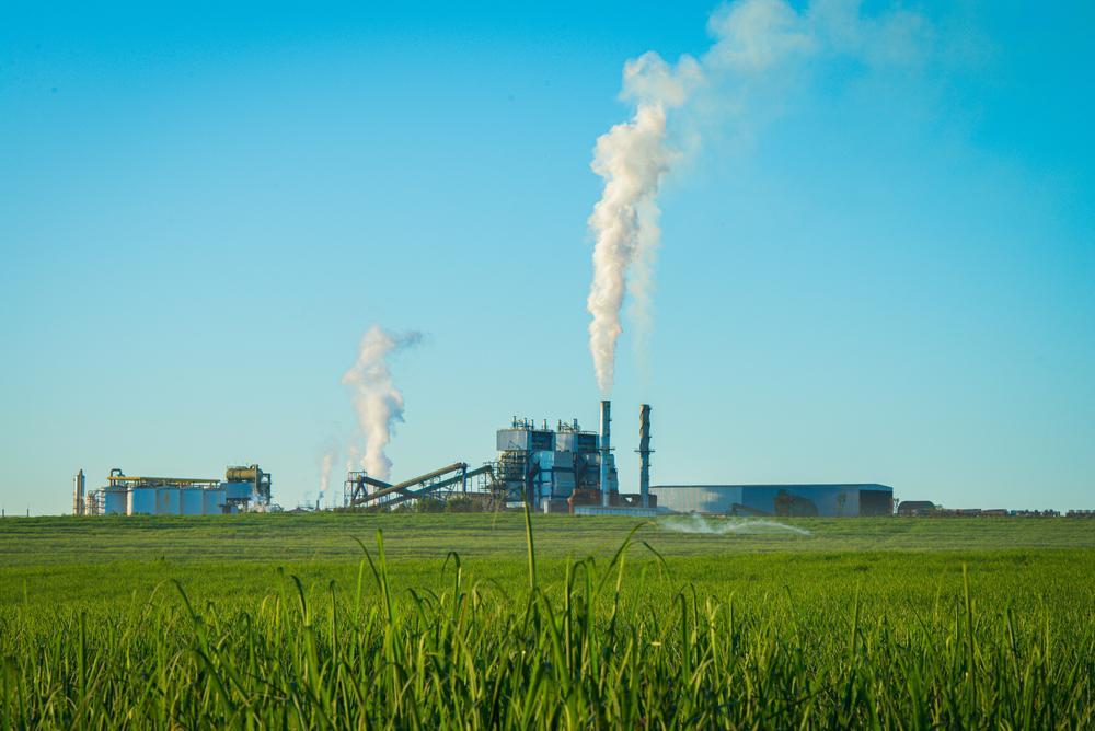 O protocolo estimulou a criação de subprodutos da cana-de-açúcar como a geração de energia elétrica: na safra 2020/21, as usinas geraram 17,43 MWh.( Fonte: Shutterstock/T.O.B/Reprodução)
