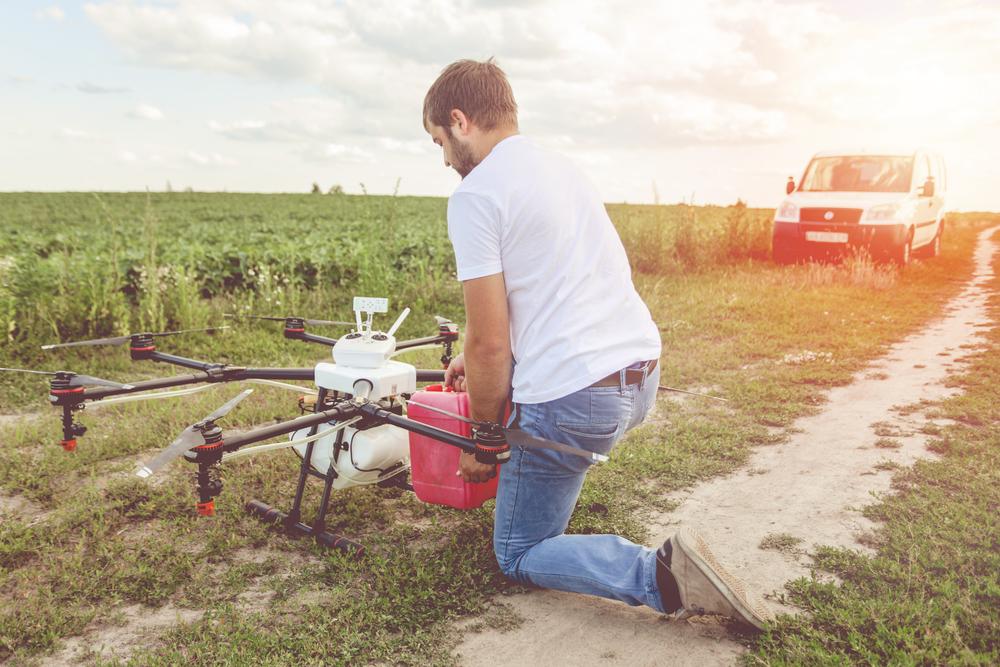 Drones com peso total de até 150 quilos serão regulamentados para uso agrícola no Brasil. (Fonte: Shutterstock/IvanRiver/Reprodução)