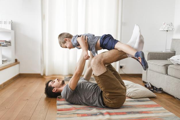 Pai levantando filho exercício