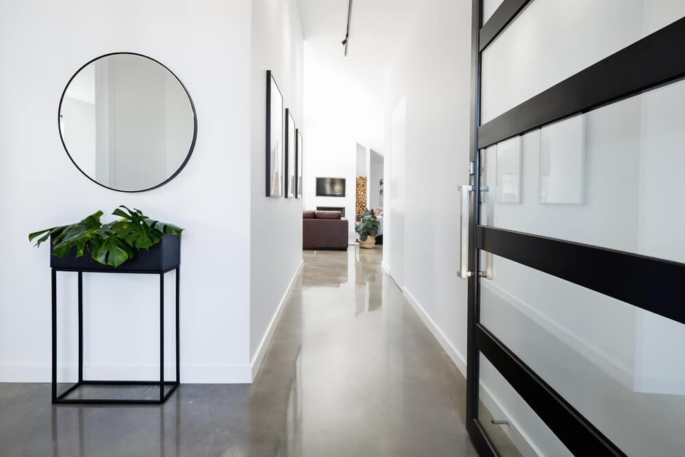 холл с зеркалом и бетонным полом