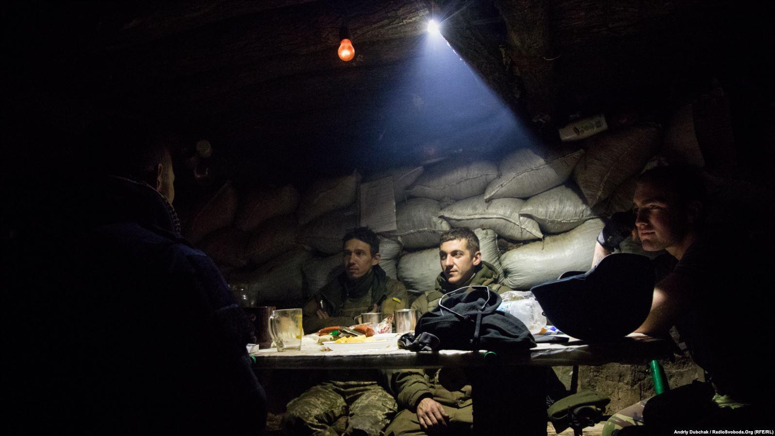 Вечеря під час бою. Українські військові вечеряють у бліндажі на передовій під Попасною, у той час, як інші бійці придушували вогонь противника