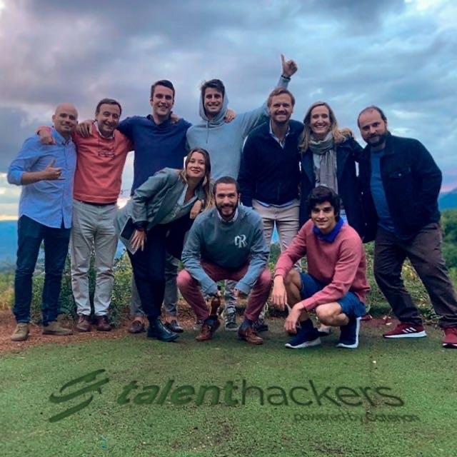 Grupo de personas posando para una foto en un campo  Descripción generada automáticamente