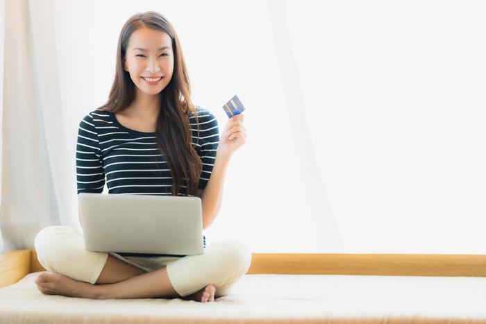 Mujer feliz por la compra de su pasaje online en Cromotex.