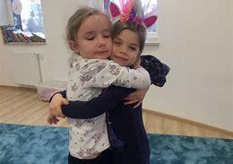 Obraz znaleziony dla: przytulenie rodzica