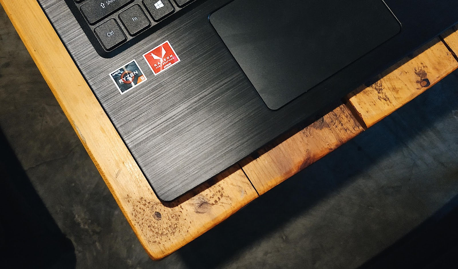 Stiker Ryzen, identitas laptop Acer yang menggunakan CPU AMD Ryzen. Foto Edi Kurniawan