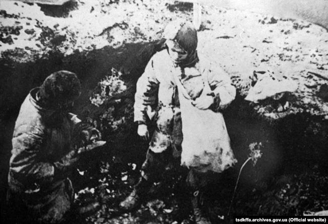 Голодні діти у пошуках їжі. Україна 1932–1933 роки