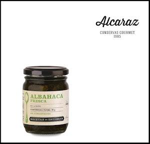 Hojas de albahaca frescas seleccionadas a mano, procesadas y condimentadas con aceite de girasol