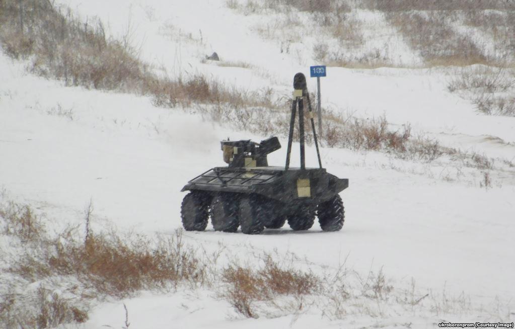 """Один военный эксперт сказал в интервью Украинской службе Радио Свобода: """"Если патруль выходит ночью, а рядом пыхтит этот робот, то нас услышат и увидят за два километра. Так что я говорю [разработчикам]: – Ребята, робот классный, но подержите его у себя""""."""