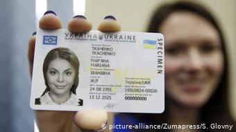 За законом, добровільне набуття громадянства іншої держави є підставою для втрати українського громадянства. Однак правових механізмів забезпечити цю норму немає