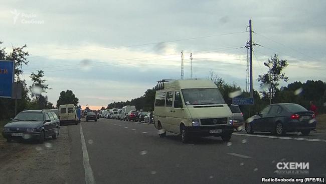 Цей автобус на литовських номерах спочатку поїхав у бік Білорусі, а за кілька годин повернувся