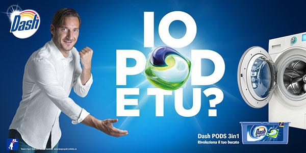 """A dimostrazione dell'effetto alone, il calciatore Francesco Totti, testimonial di Dash Pods, stringe il pugno come gesto da """"campione"""". Claim """"io Pod, e tu?"""". Fonte: Marketing Ignorante"""