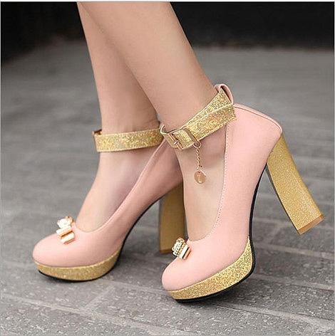 Giày đế vuông sang chảnh khiến các cô nàng trông như các tiểu thư đài các.