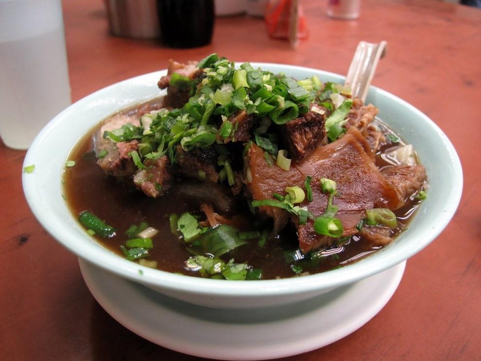 Ngau Lam Tong (Bò hầm): Ức bò được ướp gia vị và ninh đến khi có thể tan ngay khi cho vào miệng. Vị ngọt mềm của thịt bò kết hợp với nước dùng đậm đà và mùi thơm của hành tươi thật hấp dẫn.