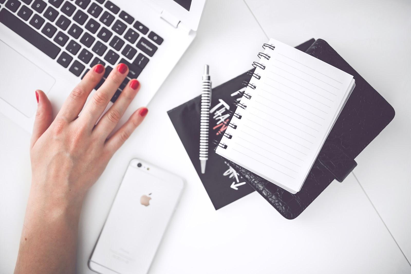 woman-hand-smartphone-desk-7.jpg