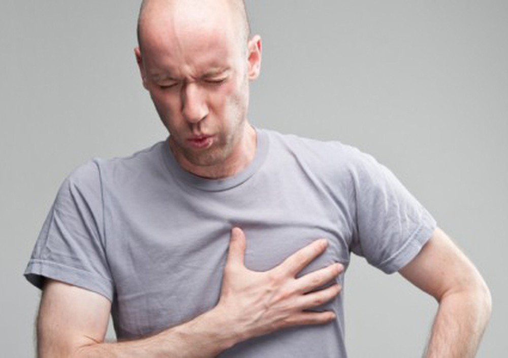 Đau ngực thường hay thấy ở người viêm màng phổi. (Ảnh do vitana.vn)