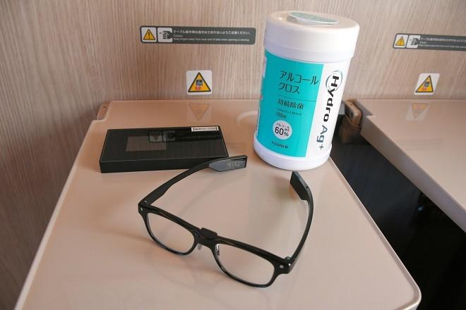 """""""Kit"""" recebido por todos os passageiros que utilizaram o vagão-escritório: roteador individual de Wi-Fi, lenços com álcool e um par de óculos para melhorar a concentração.  (Foto: Yuta Ichijo/Asahi Shimbun)"""