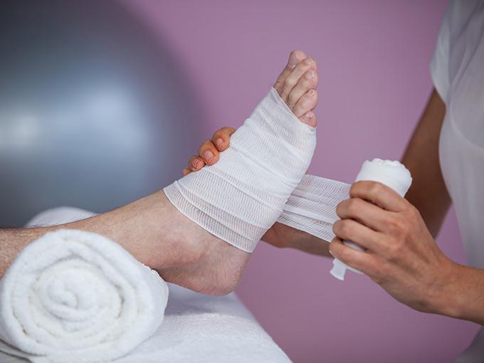 Ein Fußverband wird angelegt - Wundhygiene ist bei Diabetes besonders wichtig.