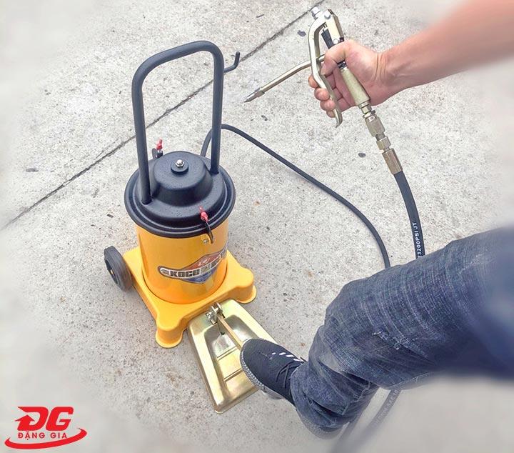Sử dụng lực chân để vận hành máy bơm mỡ