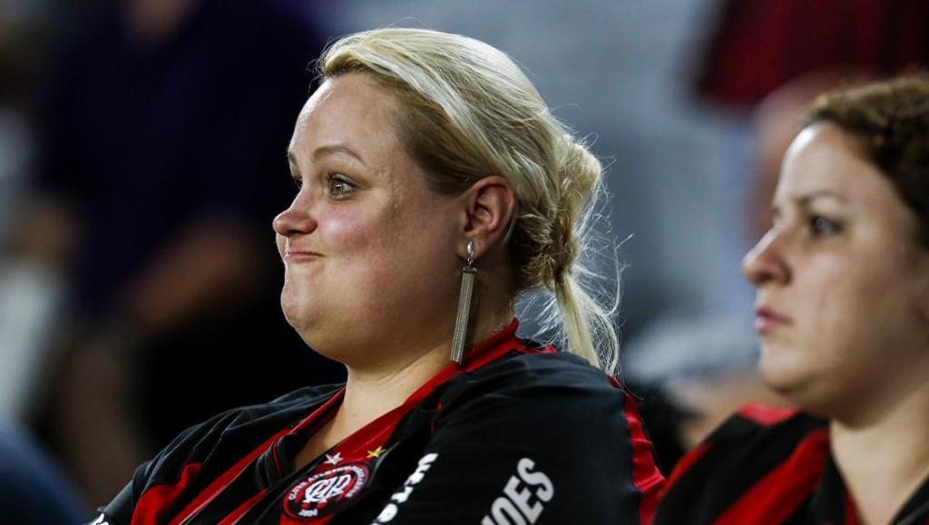 A expressão da torcedora atleticana diz tudo. | Brunno Covello/Gazeta do Povo