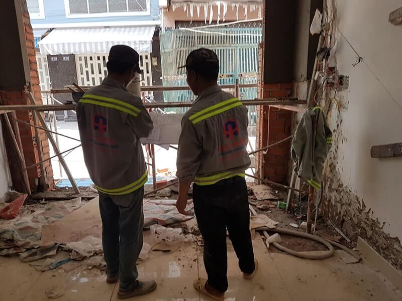 Nhân viên đang lên phương án sửa chữa khắc phục nhà ở