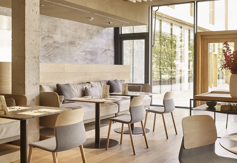 cafétéria de style scandinave avec banquette lounge et espace bar