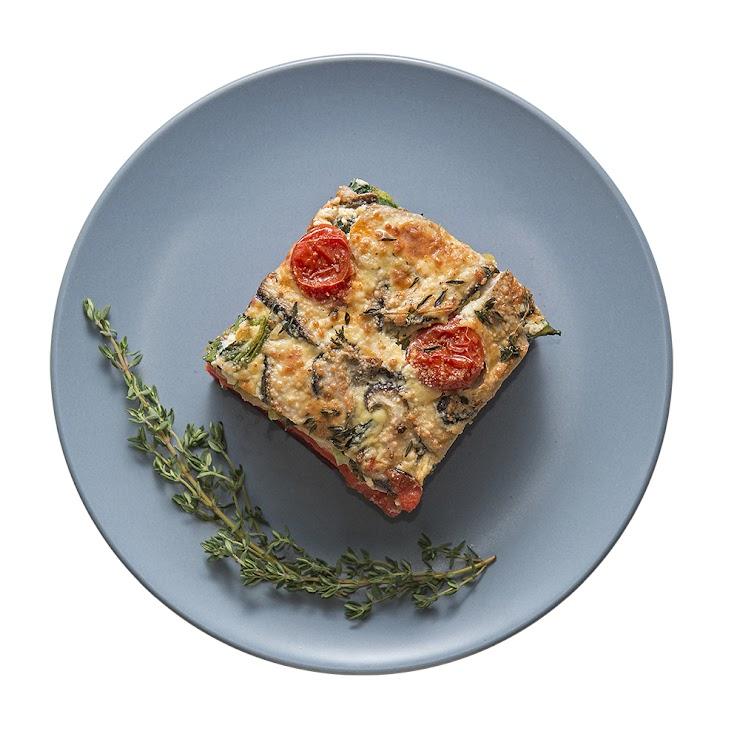 本照片為商品示意圖,實際份量為650g±5%。 此道料理發想來自於法國阿爾薩斯地方的鹹派,烘蛋中加入甜菜根、馬鈴薯、菠菜等時蔬,口感豐富,可以說是以蔬菜為主體的蔬菜鹹派。