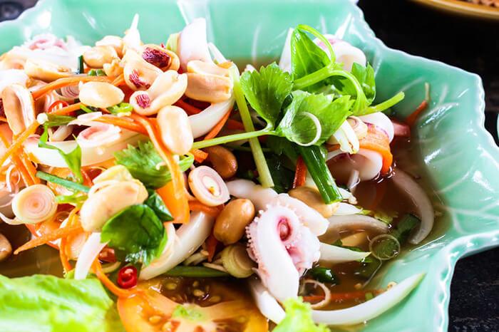 跟著泰式酸辣涼拌海鮮,一起沈浸在南洋風情吧。酸酸辣辣香氣十足,清爽又開胃。