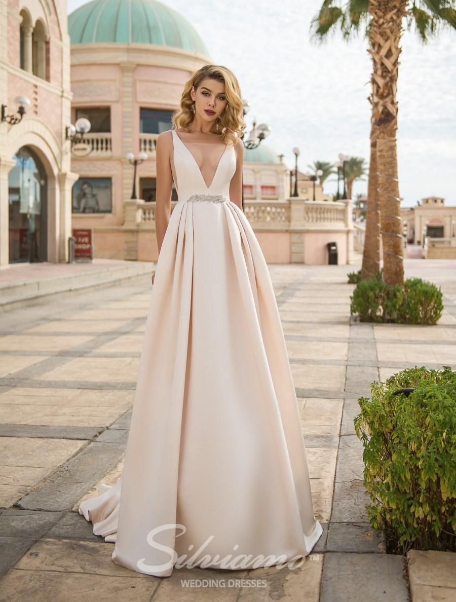 Весільну сукню з глибоким вирізом