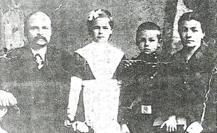 1919-ий: Іван Гаращенко з сім'єю. Сина Петра заріже трамвай у 1921-му, у 1936-му помре дружина. А дочка Катерина подарує діду чотирьох онучок