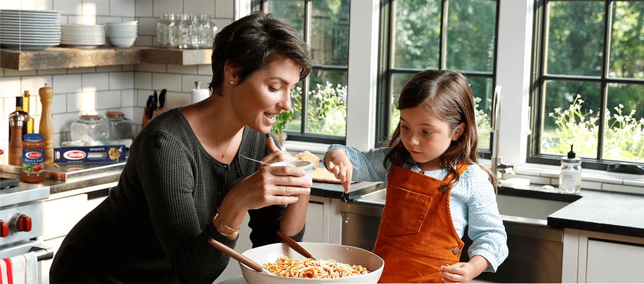 Immagine che contiene persona, finestra, interni, cibo  Descrizione generata automaticamente