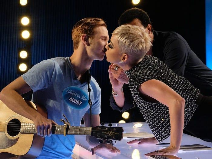 katy perry kisses benjamin glaze american idol