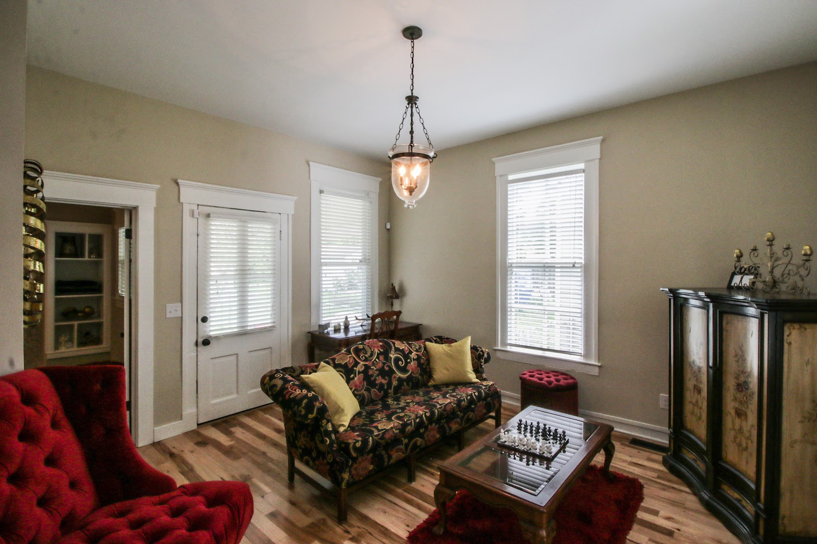 Sitting room for 1101 Forrest St Louisville KY 40217.