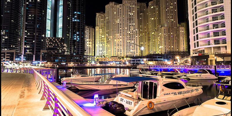 """Được bao quanh bởi những cửa hàng cao cấp và cửa hàng cà phê thiết kế sang trọng, """"phố đi bộ"""" Dubai Marina là một nơi lí tưởng ngắm cảnh và nhâm nhi bữa sáng. Đây là khu vực được coi là một thành phố thu nhỏ ở Dubai, rất phù hợp cho một chuyến đi bộ thong dong và """"ngẫm nghĩ về cuộc đời"""". (Ảnh: Internet)"""