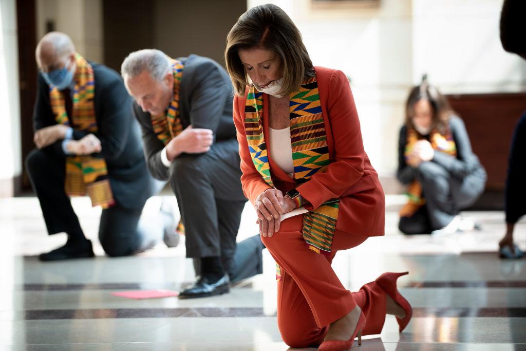 """Màn quỳ gối lố bịch của các nghị viên Dân chủ nhằm """"phô diễn"""" tinh thần đoàn kết với người gốc Phi đã phản tác dụng, khi bị chính cộng đồng người da đen lên án. (Getty)"""