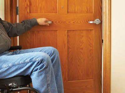 Memasang pegangan pintu yang mudah dijangkau - source: pinterest.com