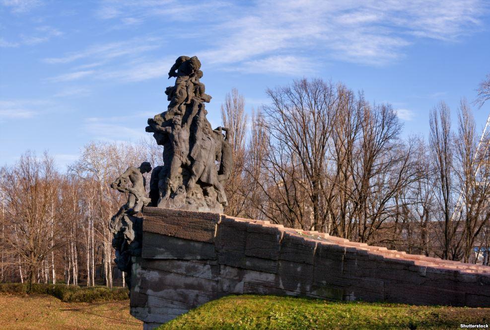 Более чем три десятилетия после войны события Бабьего Яра все еще не имели достаточного официального признания, хотя еще в 1960-х еврейские активисты начали собираться там без разрешения властей, чтобы не терять память о трагедии. В 1976 был построен этот мемориал памяти всех жертв нацистского режима, погибших там. Но отдельного упоминания о евреях, которых погибли там, в нем не было – центральной фигурой стал советский солдат
