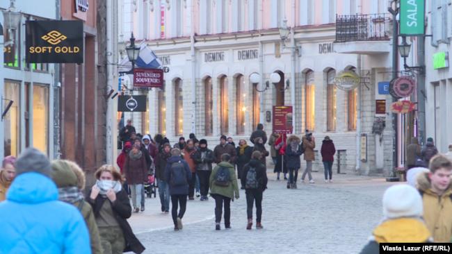За законом всі вуличні вивіски мають містити інформацію естонською мовою