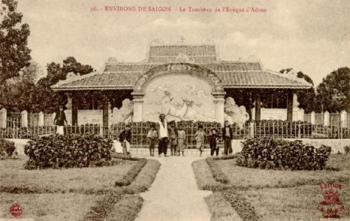 https://upload.wikimedia.org/wikipedia/commons/a/a9/Tombeau_eveque_adran.jpg
