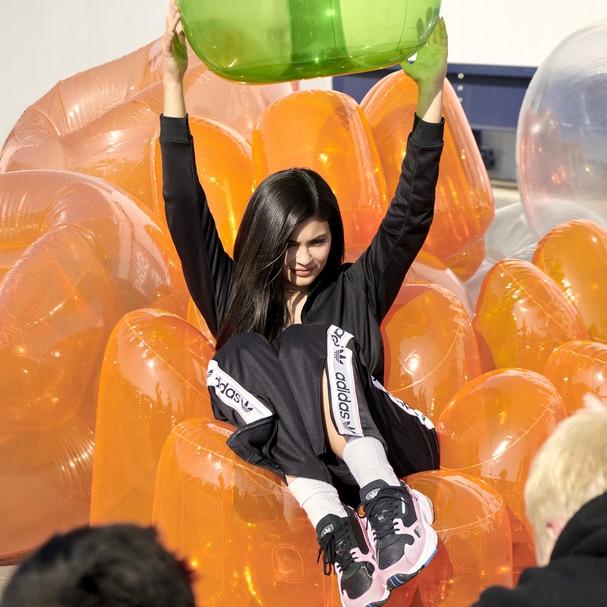 6617789aa4a44 Para não perder tempo, além da novidade, a caçula do clã Kardashian-Jenner  já estampou a primeira campanha da grife. Kylie lidera o revival do modelo  FALCON ...