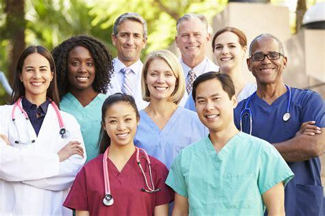group-of-doctors-and-nurses-smiling :: TravelNurseSource.com