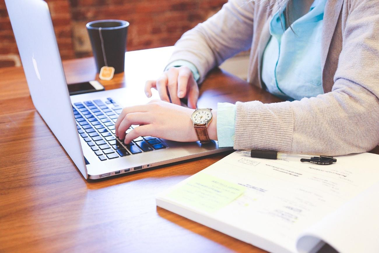 テキスト, テーブル, 座る, コンピュータ が含まれている画像  自動的に生成された説明