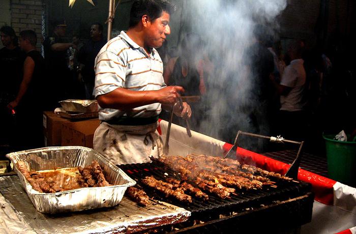 Tanto restaurantes como carretillas hacen promociones para vender el anticucho ese día