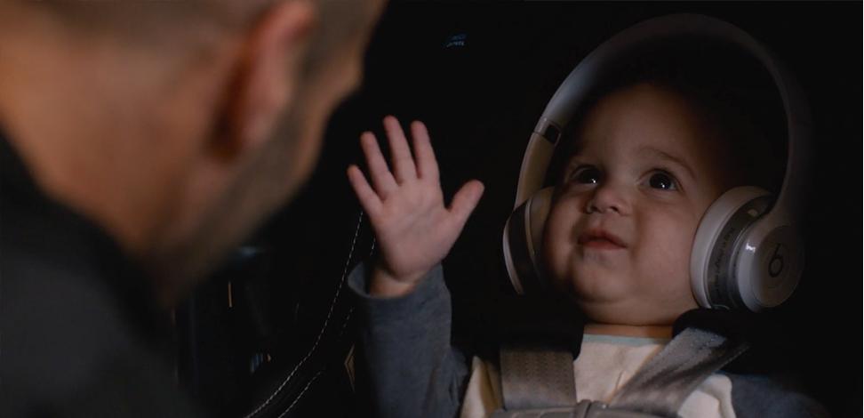 """L'immagine è tratta da una scena del film """"Fast and Furious 7"""" in cui l'azienda Beats ha fatto product placement isolando un simpatico bebè sorridente dai rumori di una lotta tipica dei film d'azione."""